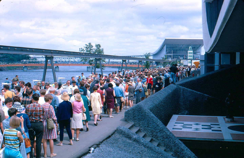 La foule à Expo 67 et le pavillon de l'URSS, 1967.