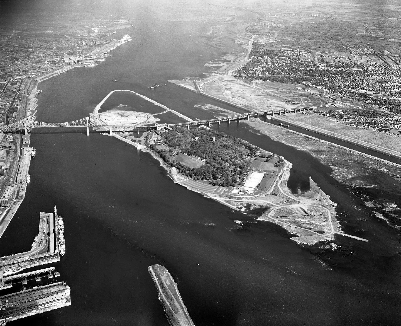 Vue aérienne du site en construction d'Expo 67, 25 septembre 1963.